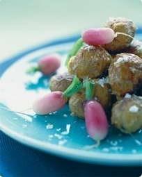 Bagte nye kartofler med lyserøde radiser