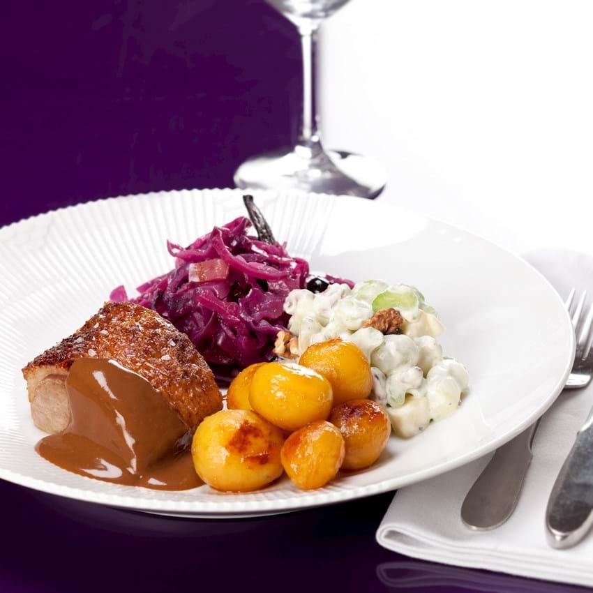 Andesteg med brune kartofler, rødkål og waldorfsalat