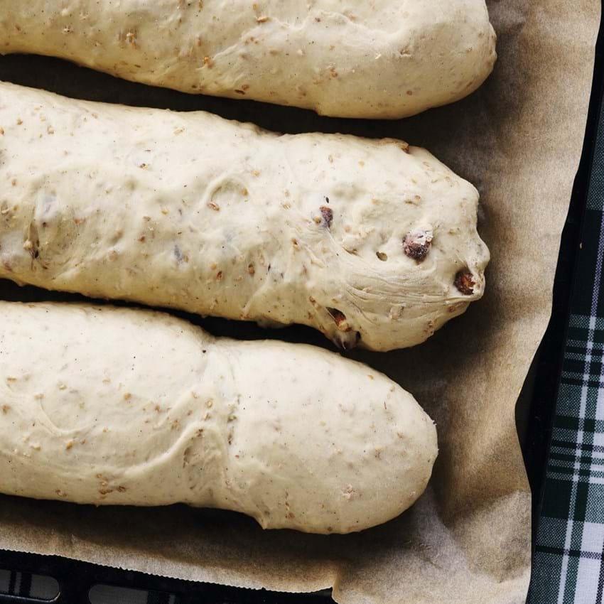 Fire brød med hasselnødder og hvedekerner