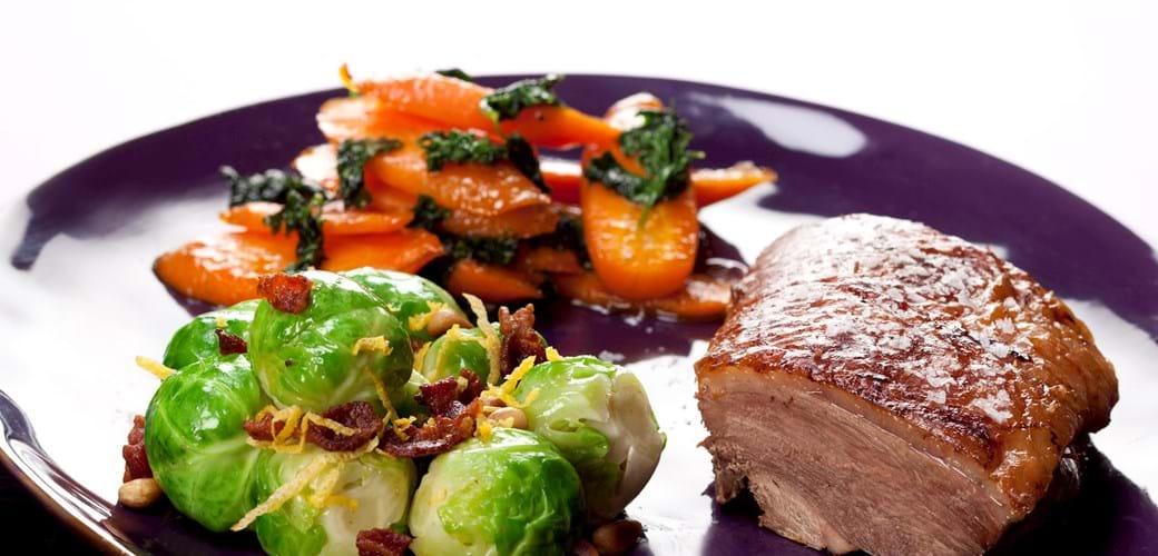 Andesteg med rosenkål og glaserede gulerødder
