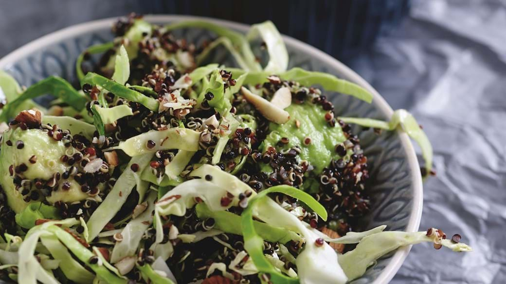 Quinoasalat med spidskål og avocado