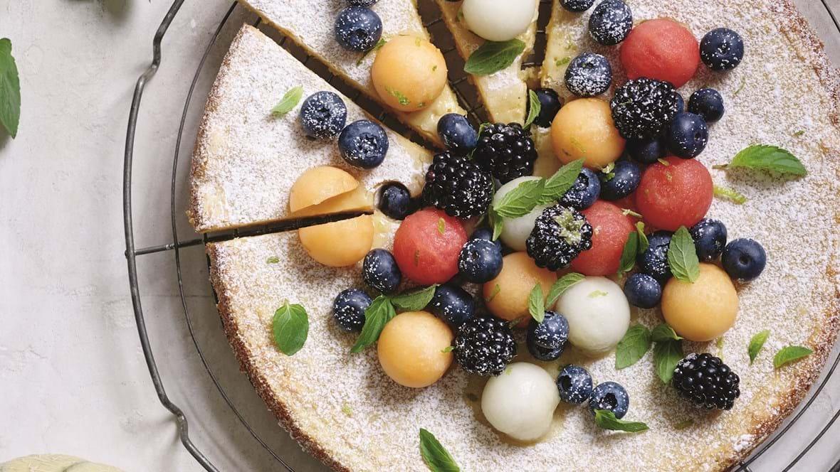 Hvid chokoladekage med bær og melon