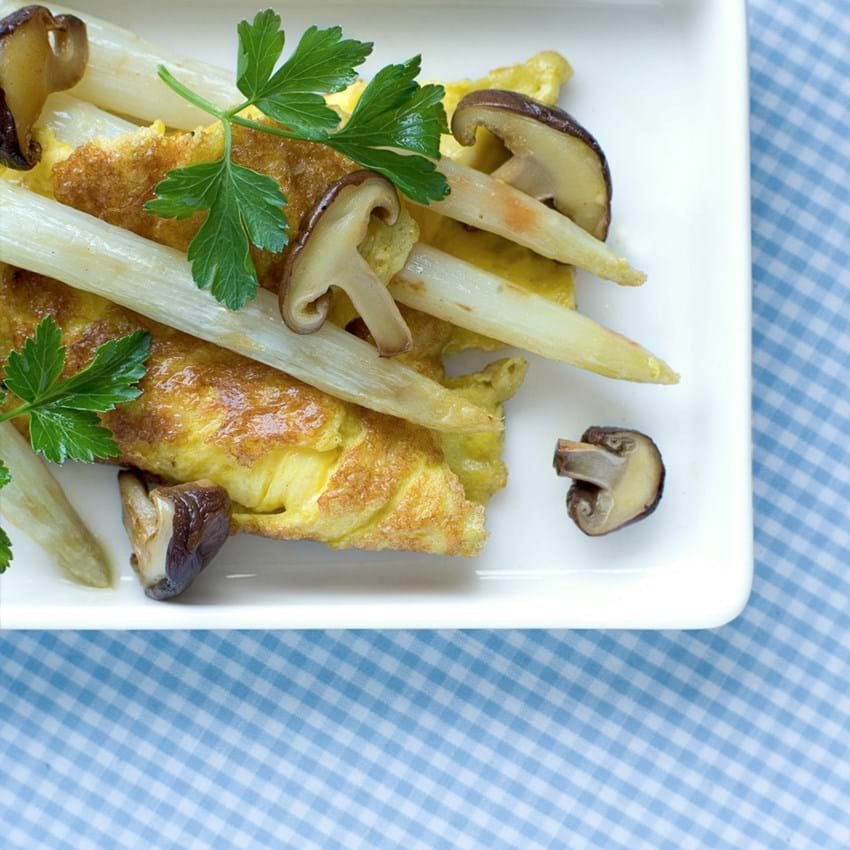 Omelet med smørstegte asparges og shitake