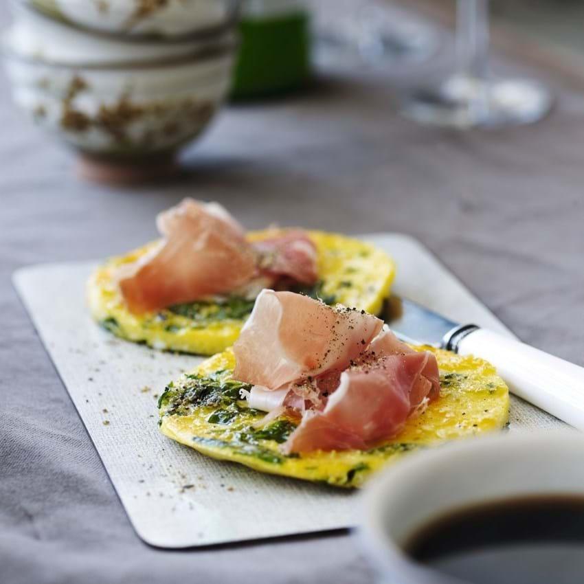 Små runde omeletter pynter på morgenbordet