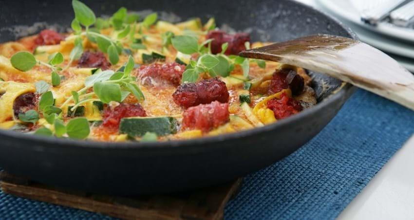 Tortilla med courgette og chorizo