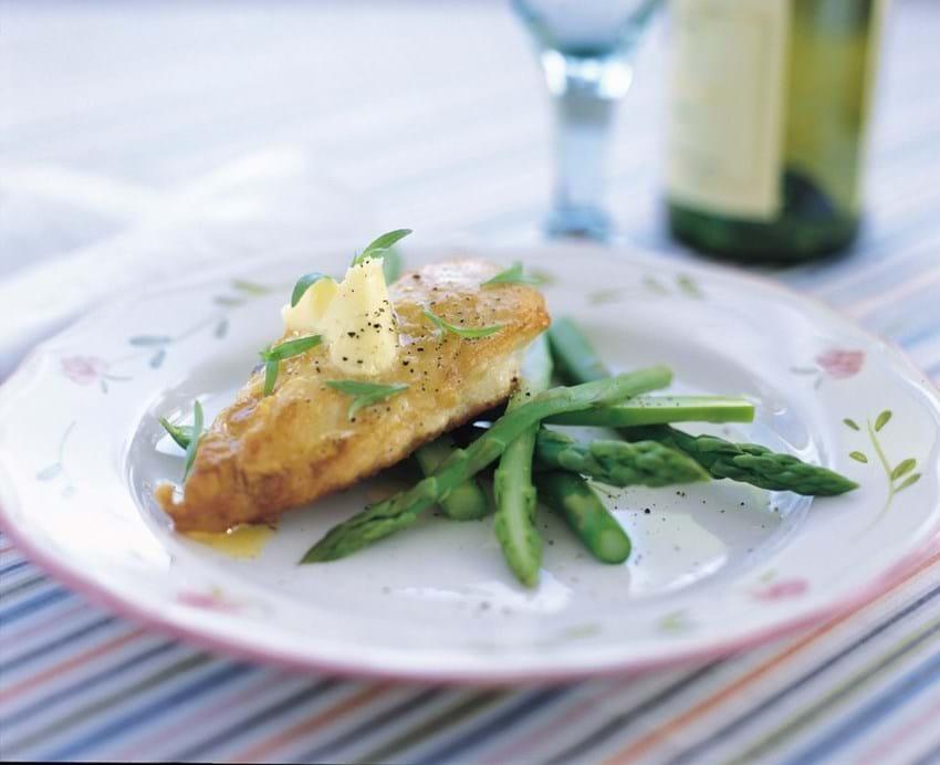 Stegt kylling med hvidløgssmør og asparges