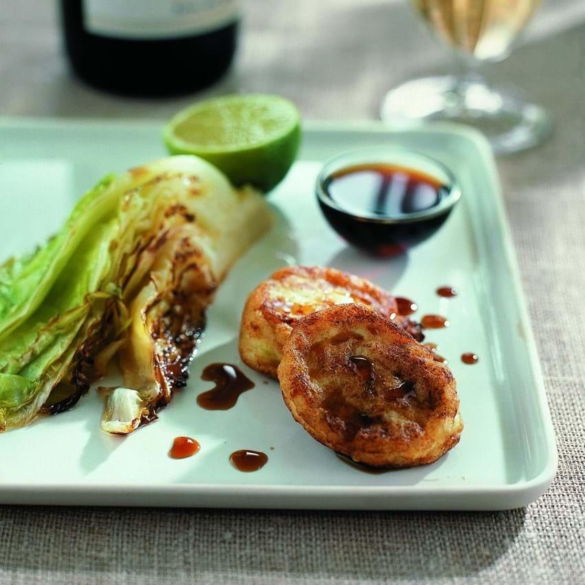 Thai-fiskeboller med sød soja og brasieret spidskål