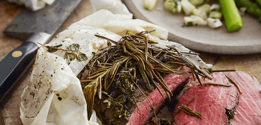 Stegt oksefilet med urter, grønne asparges og vinaigrette