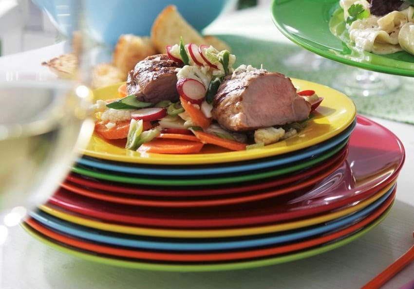 Grillet svinemørbrad med råmarinerede grøntsager