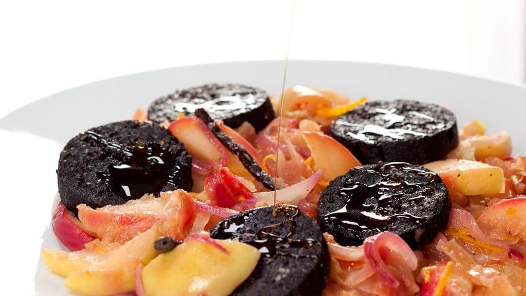 Blodpølse på æbler med løg og vanilje og sirup