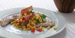 Kalkunschnitzel med varm majs- og baconsalat