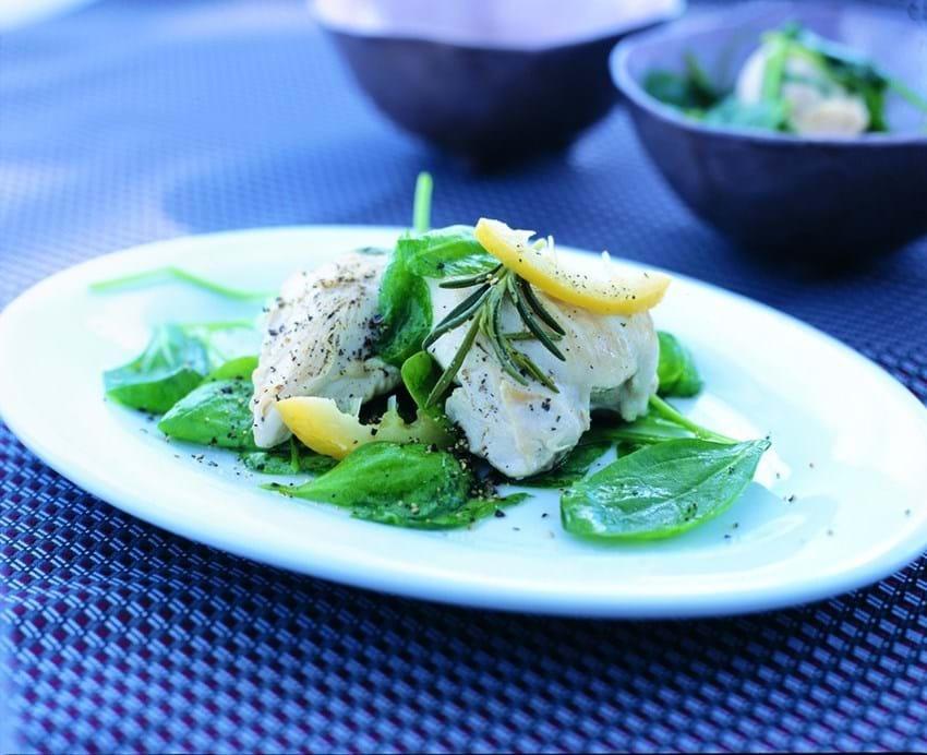 Citron- og rosmarinbraiseret kylling med spinat