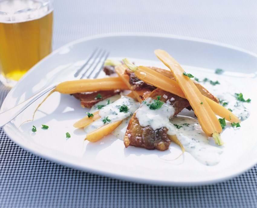 Stegt flæsk med nye gulerødder og persillesauce
