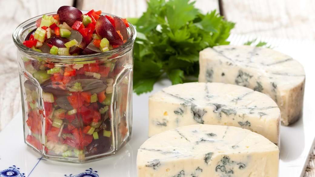Blå ost med peberfrugtrelish med blå druer