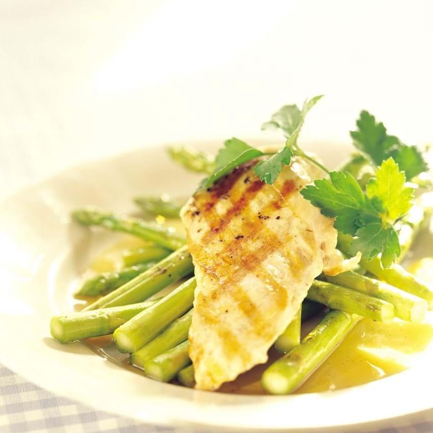Stegt kyllingebryst med råstegte asparges