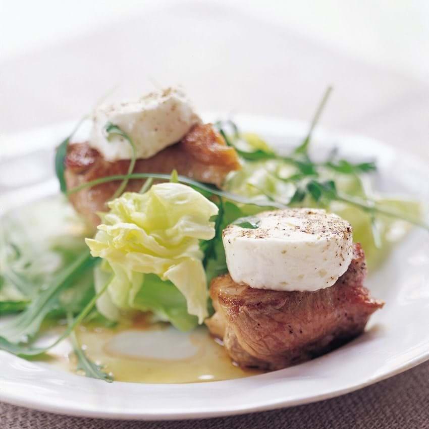 Stegt svinemørbrad med gedeost og salat