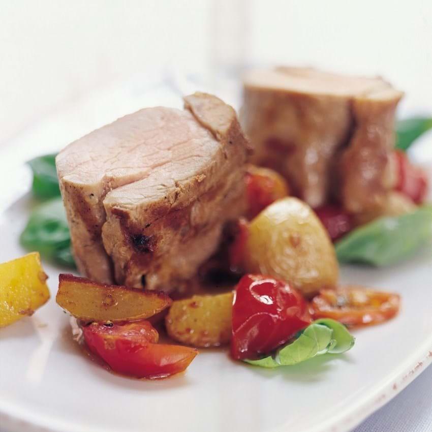 Svinemørbrad med ragout af kartofler, tomat og hvidløg
