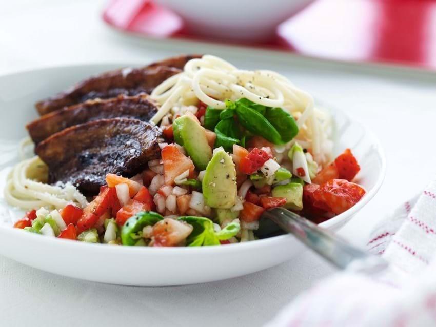 Grillet flæsk med jordbærsalat