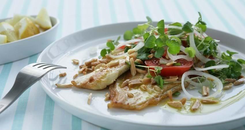 Stegt fisk med tomatsalat og mandeldrys