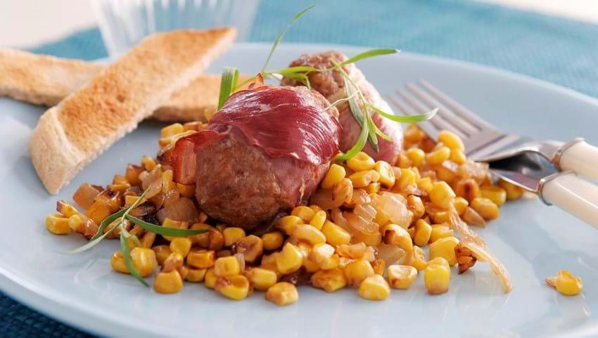 Ovnstegte frikadeller i skinkesvøb og stegte majs