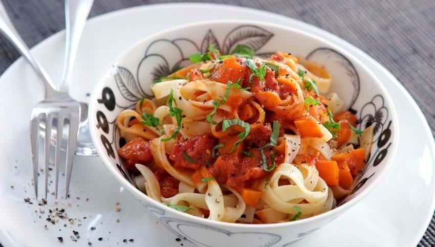 Pasta med tomat og gulerodssauce