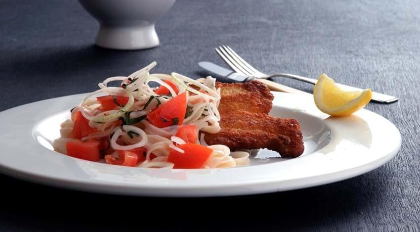 Fiskefileter med tomat og nudelsalat