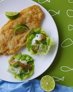 Stegt fisk med nudler og jordnøddesauce