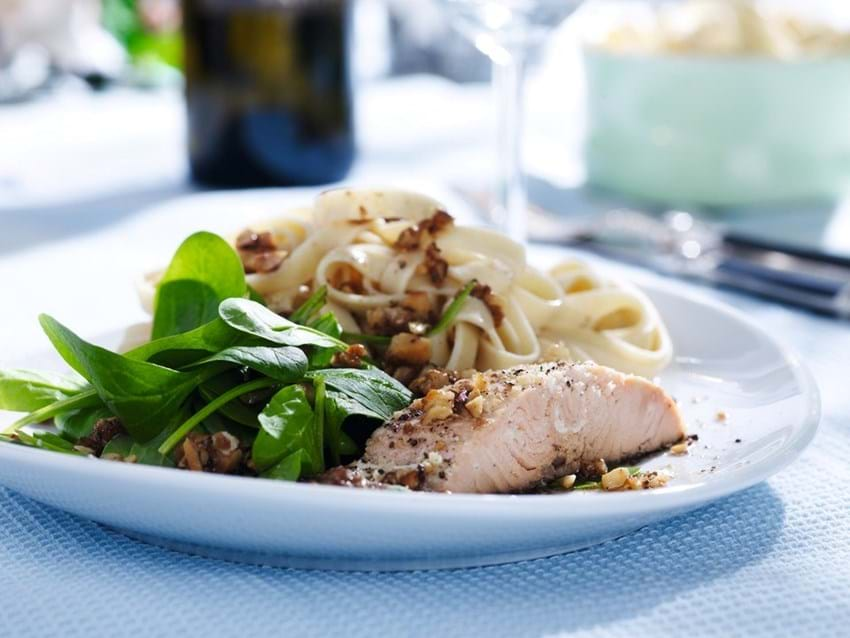 Ovnbagt laks og fuldkornspasta med ristede valnødder
