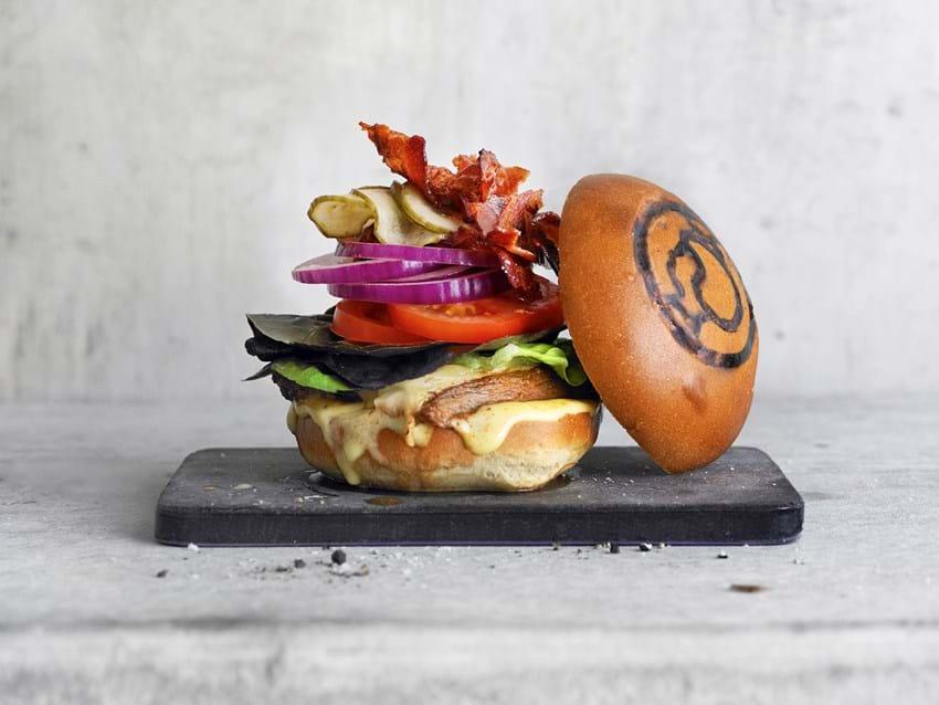Rib-eye burger med ost og bacon
