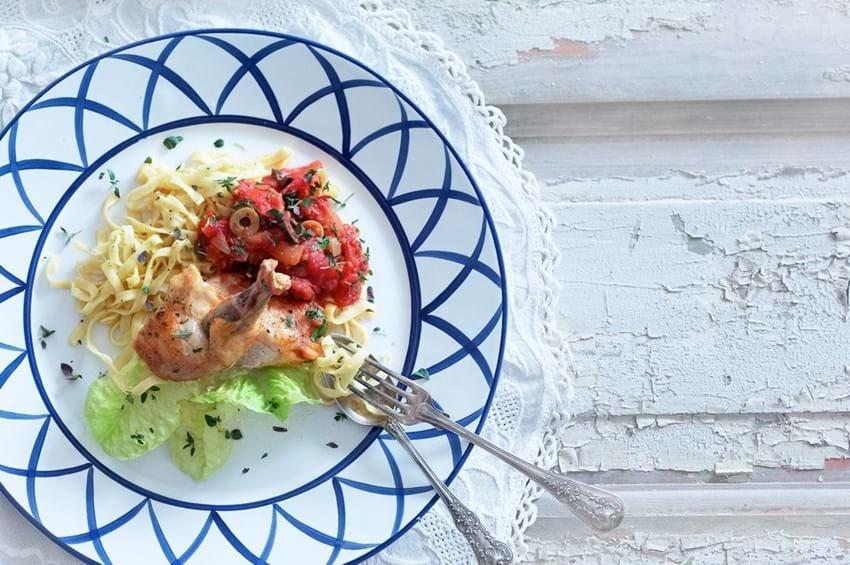 Perlehøne med tomat og oliven