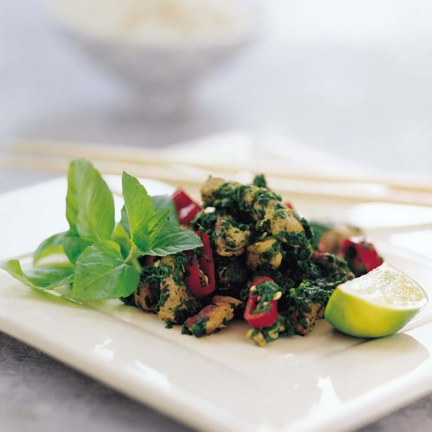 Stegt svinekød med spinat, mynte og chili