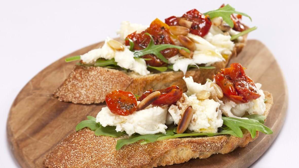 Bruscetta med frisk mozzarella, tomater og pinjekerner