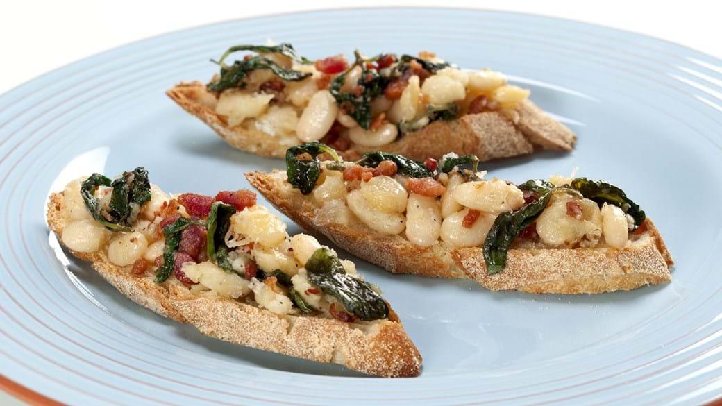 Bruscetta med hvide bønner, bacon og spinat