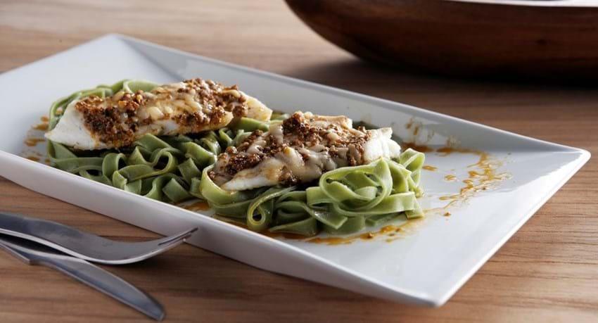 Pesto gratineret fisk med spinatpasta