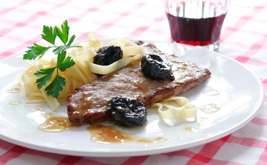 Italiensk kalveschnitzel med svesker