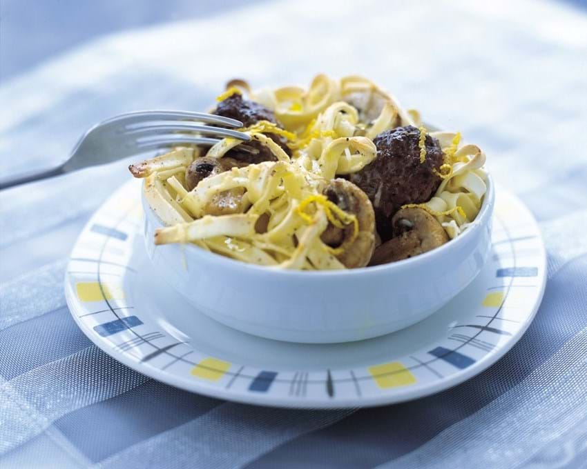Gratineret pasta med oksekød og svampe