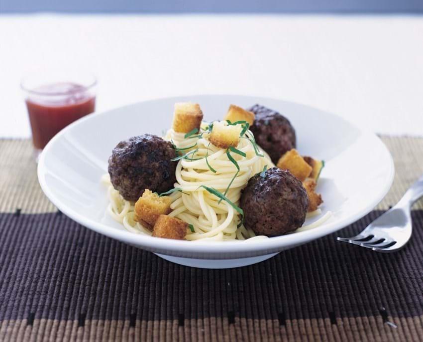 Kødboller og croutoner på hvidløgsspaghetti