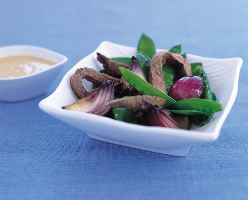 Oksekød og lynstegt grønt med jordnøddesauce