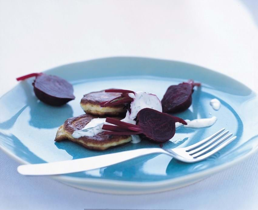 Fiskefrikadeller med kogte rødbeder og dildcreme