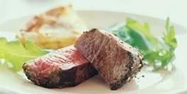 Stegt bøf med løgtærte og salat