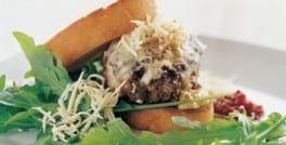 Burger med peberrod og rucola