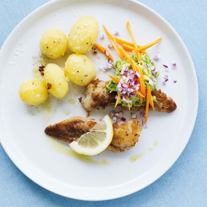 Smørstegt fisk med guacamole og råkost