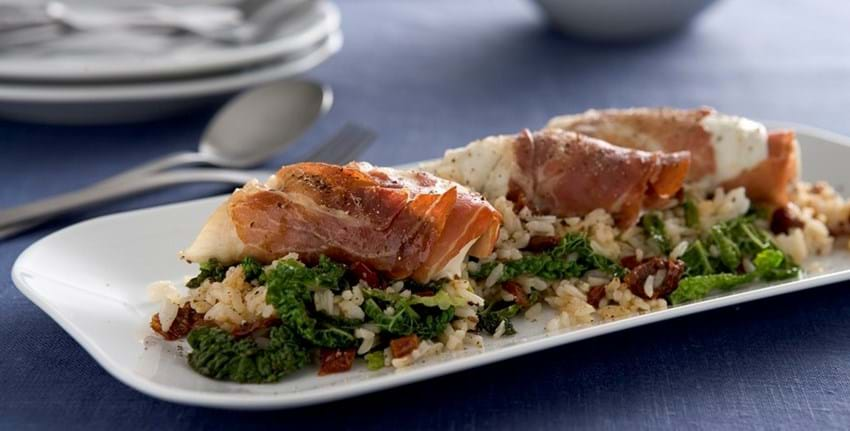 Rødspætte i parmaskinke og ris med lynstegt savoykål