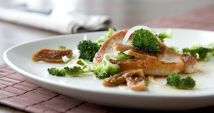 Svinekotelet med lun broccoli- og figensalat