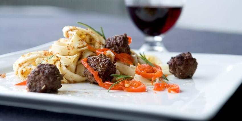 Kødboller og pasta med ristet rasp