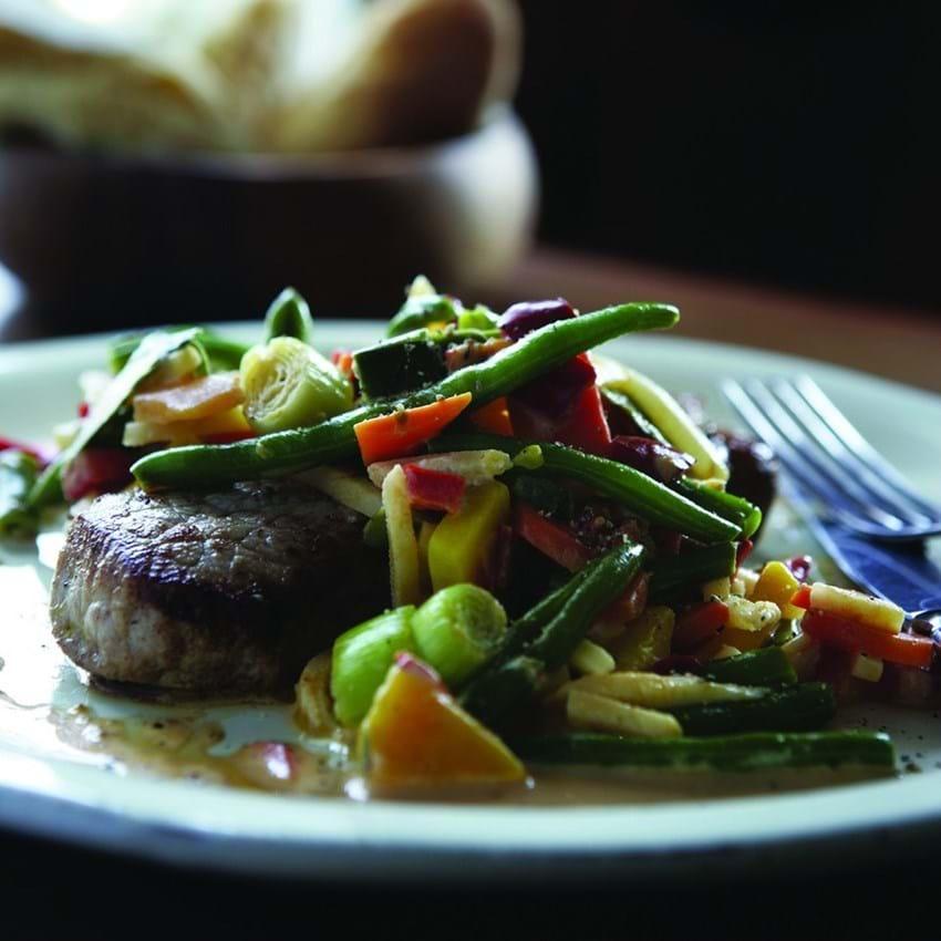 Skinkeschnitzel og grøntsager i gedeostcreme