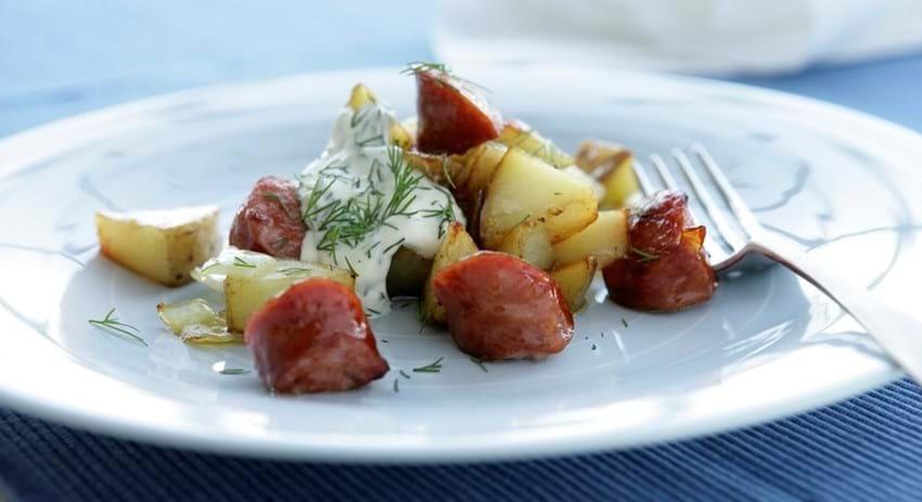 Kartoffel og pølsebiks med dildcreme