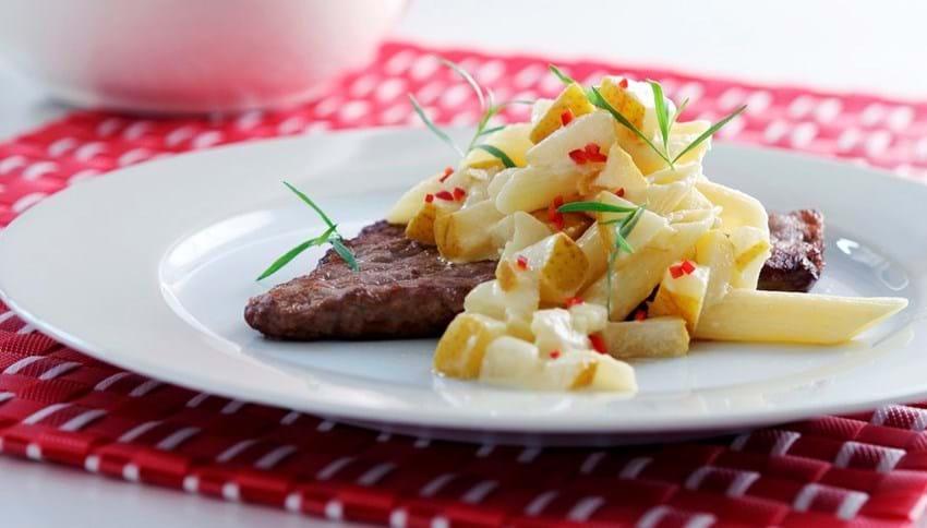 Kalveschnitzel og pasta med pære og chili