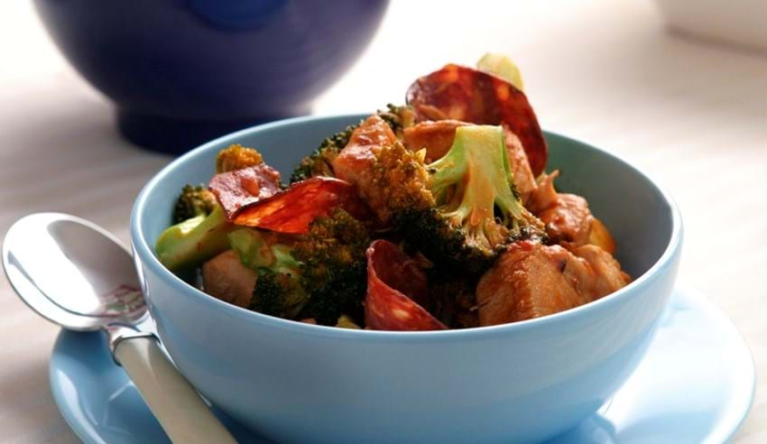 Salamikrydret kyllingegryde med broccoli