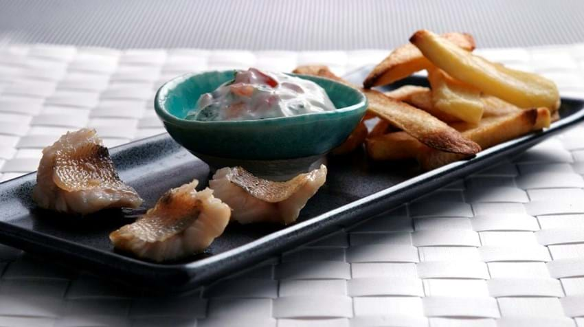Fish and chips med tomatdip